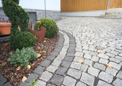 Granitpflasterung mit Basaltrandsteinen