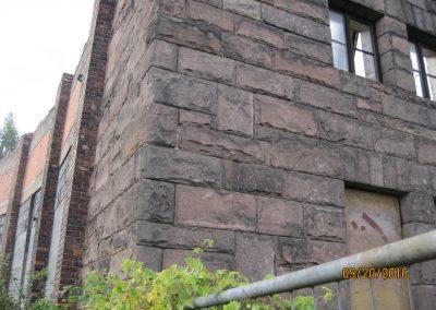 Historisches Sandsteinmauerwerk behauen
