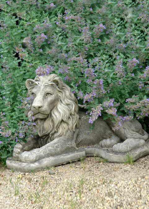 Skulpturen — Löwe, liegend