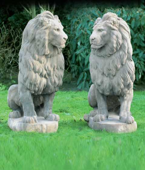 Skulpturen — Löwenpaar sitzend