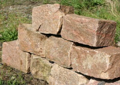 Granitmauersteine, rot-schwarz geadert, gebraucht